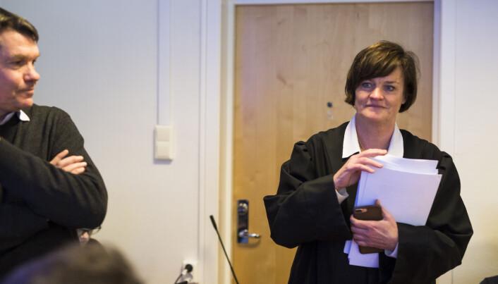Mette Yvonne Larsen deler ut Skup-rapporten om Brennpunkt-dokumentaren «Under bordet» i Drammen Tingrett. Foto: Kristine Lindebø