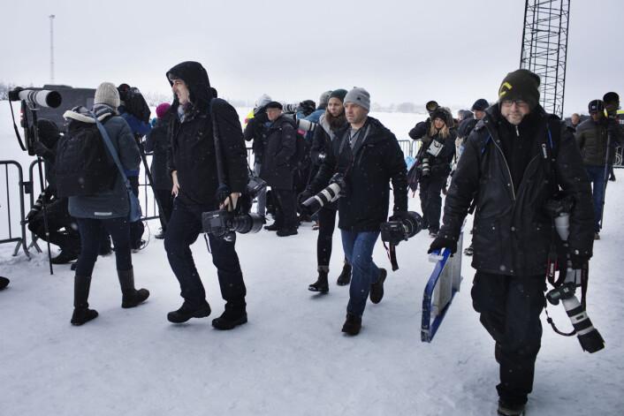 Første del på programmet er unnagjort, og pressefolkene forter seg mot den varme bussen. Foto: Andrea Gjestvang