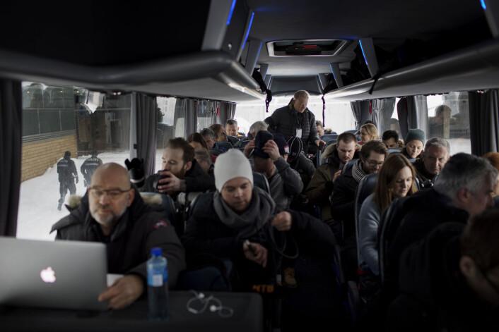 Fotografene raser inn på bussen. Det er arbeidstid. Foto: Andrea Gjestvang