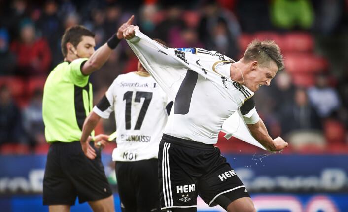 Rosenborgs Nicki Bille Nielsen river av seg skjorta i frustrasjon etter å ha fått rødt kort i kampen mot Sandnes/Ulf, en kamp Rosenborg tapte 0-1. Her hadde fotograf Nesgård stilt seg på en helt annen plass enn alle de andre fotografene, og var den eneste som fikk bilde av situasjonen fra denne vinkelen.