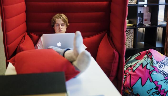 Musikkredaktør i Natt&Dag Pelle Bamle jobber ofte fra den røde sofaen i redaksjonen. Foto: Kristine Lindebø