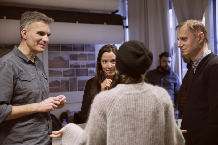 F.v. Søren Pagter, Christina Ulriksen, Kim Nygård og Linda Bournane Engelberth (med ryggen til) diskuterer etter at Årets Bilde er kåret. Foto:Camilla Alexandra Lie