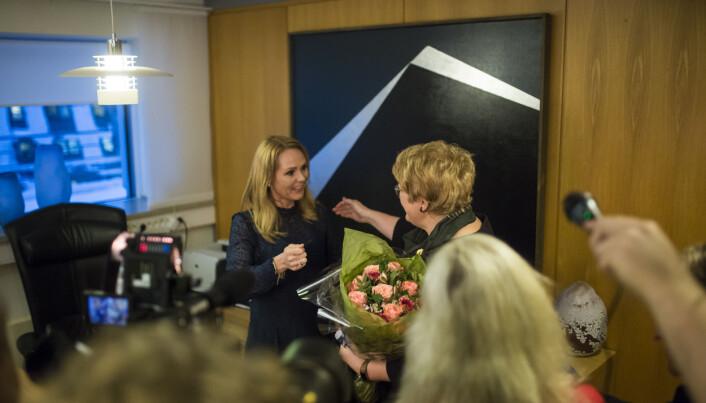 Trine Skei Grande overtok nøkkelen til kulturministerens kontor av tidligere kulturminister Linda Hofstad Helleland. Foto: Kristine Lindebø