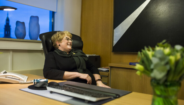 Kulturminister Trine Skei Grande blir bedt av pressefotografen til høyre, utenfor billedrammen, om å lene seg tilbake og slappe litt av i sin nye kontorstol. Foto: Kristine Lindebø
