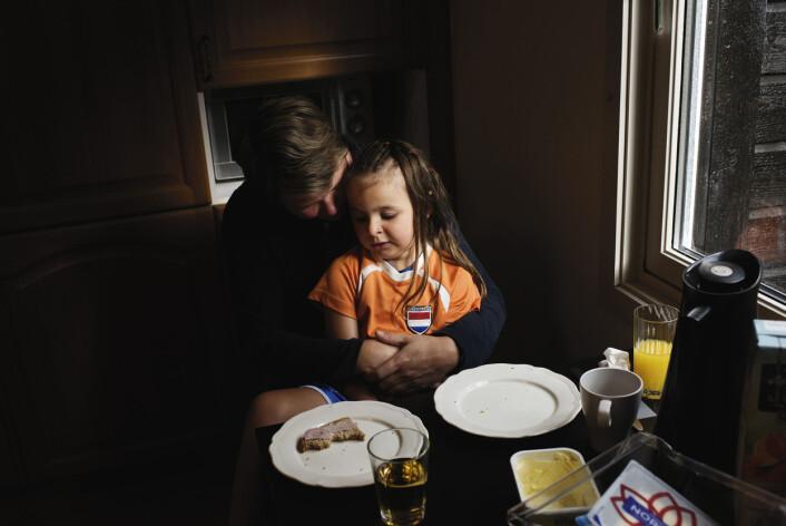 Anita Ustun tar seg litt ekstra god tid med datteren Melisa (5) den morgenen hun skal reise ut igjen til Troll C. De neste 14 dagene er det pappa som har ansvaret hjemme.Foto: Marie von Krogh