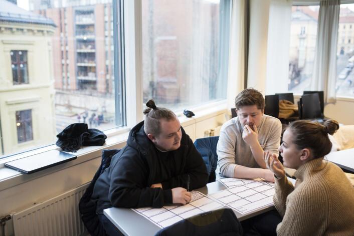 Journalistikkstudentene Niclas Fonn Skinlo (fra venstre), Theis Magelssen og Julie Groseth jobber med prosjektidé til utenlandsreportasjen de skal lage dette semesteret. De liker at undervisninga er praktisk rettet. Foto: Kristine Lindebø