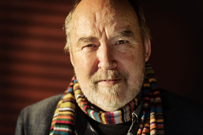 Olav Egil Aune, kommentator i Vårt Land, er glad for at han har fått beholde hulen sin i et moderne kontorlandskap.
