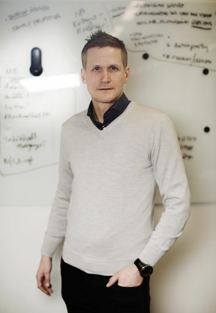 Leif Welhaven er i en ettårig stilling som kommentator. På tavlen bak ham skriver han og kollegaene ned ideer til de mer langsiktige sakene.
