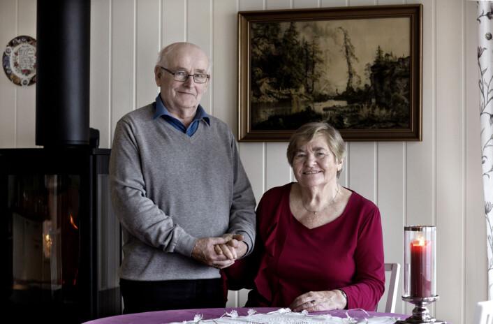 Til fotografen fortalte Oddny Fauske (77) og Elling Hornenes Skartveit (77) historien om hvordan de giftet seg, etter å ha møttes igjen 58 år etter at de var ungdomskjærester. Foto: Odd E. Nerbø
