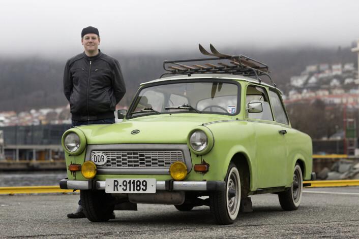 Ole Jakob Nilsen (24) satt i sin grønne trabantog ventet på grønt lys, da Nerbø oppdaget han. Han løp over veien og ba sjåføren svinge av, han måtte snakke med ham om bilen. Foto: Odd E. Nerbø