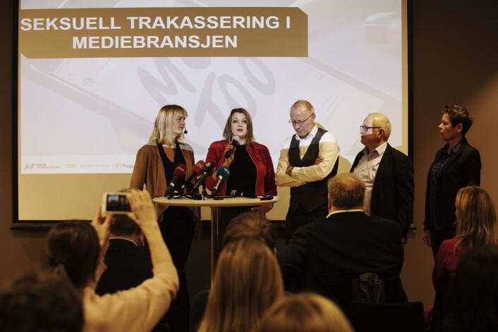 Pressekonferanse omseksuell trakassering i mediebransjen hos Amedia i dag. F.v. Randi Øgrey, Hege Iren Frantzen, Arne Jensen, Rune Hetland og Berit Nymann. Foto: Andrea Gjestvang