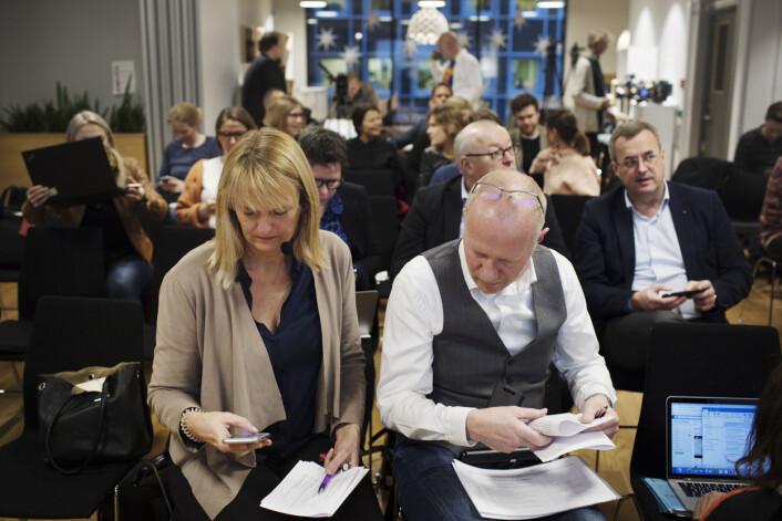 Randi Øgrey og Arne Jensen før pressekonferansen begynner. Foto: Andrea Gjestvang