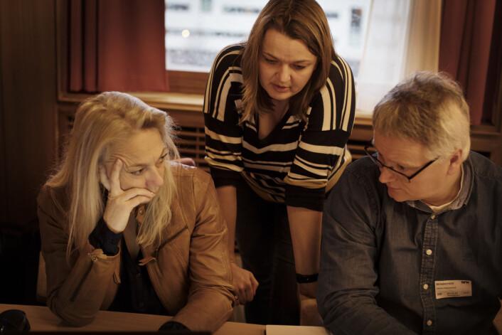 Hilde Tretterud, Hege Iren Frantzen og Håkon Okkenhaug diskuterer i en pause. Foto: Andrea Gjestvang