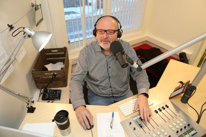 – Vi forsøker å lage kvalitetsjournalistikk, sier journalist og digitalredaktør Nils Kåre Nesvold i studio i Nea Radio. Foto: Harald Vingelsgaard