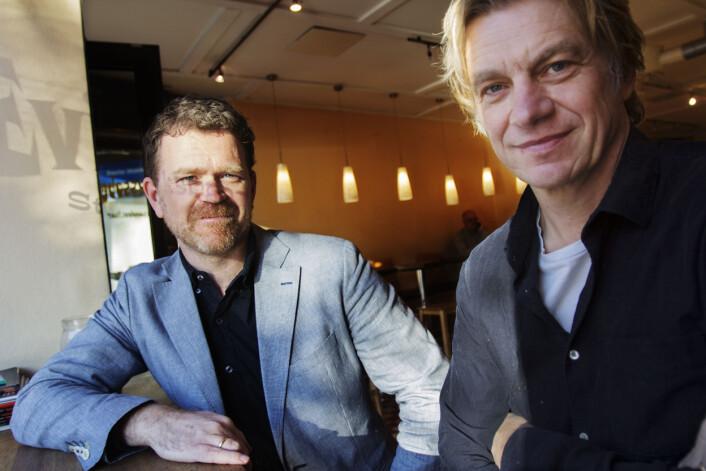 Journalistene Kjetil Sæter (til venstre) og Knut Gjernes forteller om boligbygg-avsløringen i Dagens Næringsliv. De satt på kaffebaren Evita og jobbet. Foto: Glenn Slydal Johansen