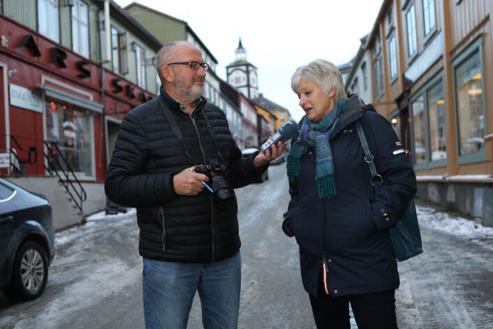 Tid for lytternes mening: – Jeg er fornøyd med Nea Radio, men jeg vil ha flere korkonserter fra lokale kor i radioen, sier Grete Vik til Nils Kåre Nesvold i Kjerkgata på Røros. Foto: Harald Vingelsgaard