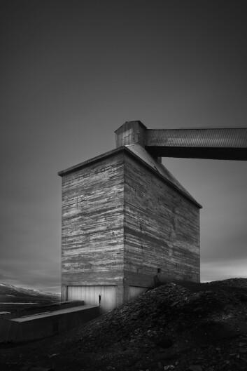 Johnsen bor på Svalbard og har fotografert sporene etter industrien, med 2-4 minutters eksponering i dagslys. Foto: Torbjørn Johnsen