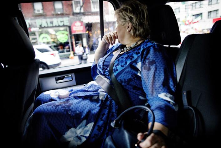 Mye handler om logistikk - som å smette inn i bilen før statsministeren for å få dette bildet. Foto: Ida von Hanno Bast, Dagens Næringsliv