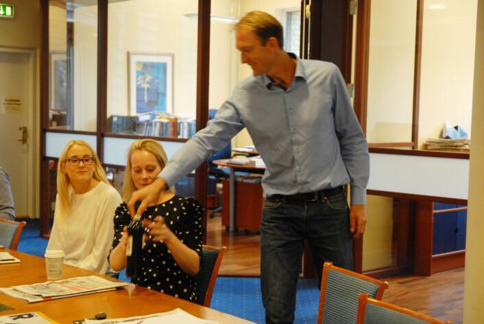 Linn Marie Hammernes mottar ukens vin fra redaktør Steinar Grini.