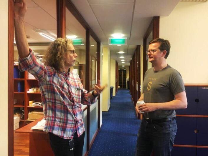 Are Haram og Jone Frafjord i diskusjon om en artikkel til tirsdagens avis.