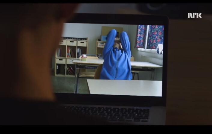 Arnar ser opptakene av seg selv fra åtte år tilbake. Foto: NRK