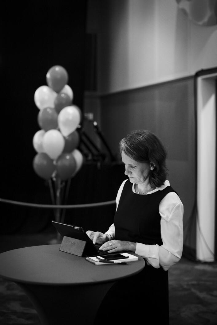 Så snart den første valgdagsmålingen tikket inn på Høyres valgvake, stilte VGs politiske redaktør Hanne Skartveit seg opp for å skrive.