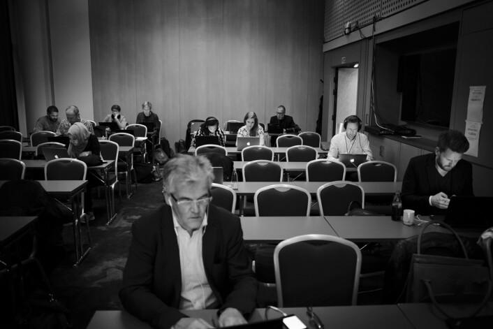 På presserommet på Høyres valgvake hersker det dyp konsentrasjon blant journalister og fotografer. VGs politiske reporter Alf Bjarne Johnsen foran.