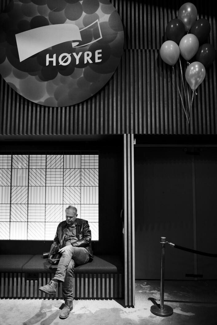 Dagbladet-fotograf Hans Arne Vedlog kikker gjennom bildene sine fra en uforstyrret plass i sofaen på Radisson-hotellet.
