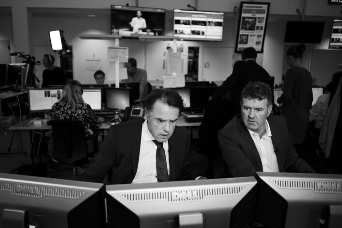 TV 2s tallknusere Kjetil Løset og Terje Sørensen jobber intenst når tallene tikker inn fra landets kriker og kroker.