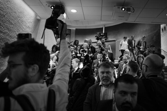 Jonas Gahr Støre har holdt takketale på Arbeiderpartiets valgvake. På vei ut av Folkets Hus overfalles han av pressen.
