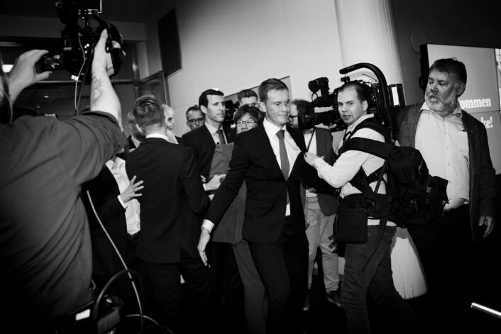 Pressen blir dyttet bort i kaoset som oppstår når Gahr Støre forlater Folkets Hus etter et historisk dårlig valg for Arbeiderpartiet.