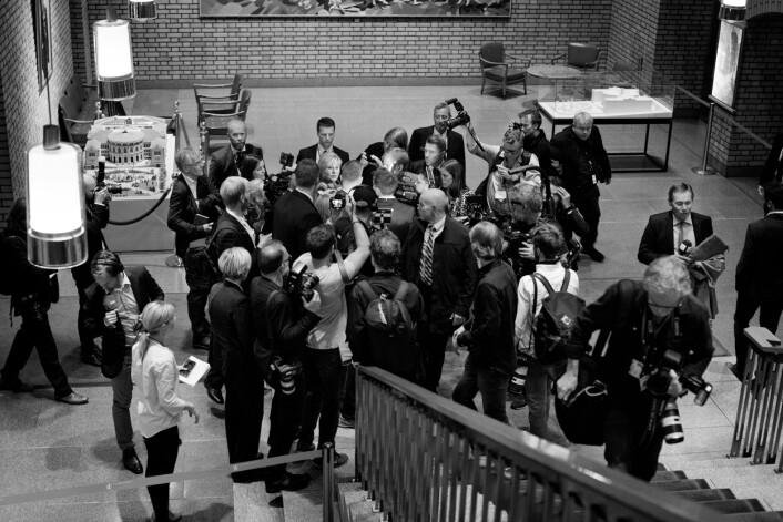 Fotografer og reportere flokker seg rundt statsminister Erna Solberg når hun ankommer Stortinget for å delta på partilederdebatten ved midnatt.