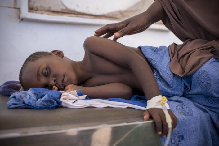 På et sykehus i byen Garowe i Puntland i Somalia får Sharmarke Mustaf (3) behandling for kolera. Moren passer på. Foto: Håvard Bjelland, Kirkens Nødhjelp