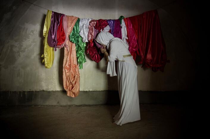En Jesidiekvinne som har vært holdt som sexslave av IS, besøker et hellige tempel i Lalesh i Nord-Irak. Foto:Håvard Bjelland, Kirkens Nødhjelp