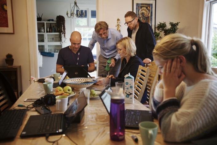 """Vaktsjef Fredrik Lauritzen (fra venstre), samfunnsredaktør Kyrre Nakkim (nummer to fra venstre), programleder Sigrid Sollund og reporter Sigurd Flæten diskuterer NRKs egen meningsmåling som viser katastrofetall for Arbeiderpartiet. I forgrunnen reporter Sophie Lorch-Falch som jobber videre med research på sin sak om asylbarn på Trandum. Se <a href=""""https://journalisten.no/sites/default/files/dagsnyttatten01.jpg"""">større bilde her</a>."""