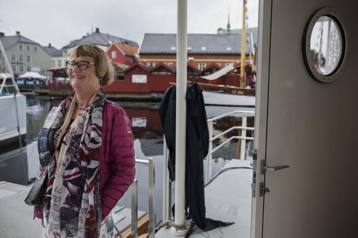 """Dagsnytt 18-fan Bente Aanes prøver å komme inn på gjesteområdet, men blir som publikummer henvist til benkene på havna. Se <a href=""""https://journalisten.no/sites/default/files/dagsnyttatten09_0.jpg"""">større bilde her</a>."""