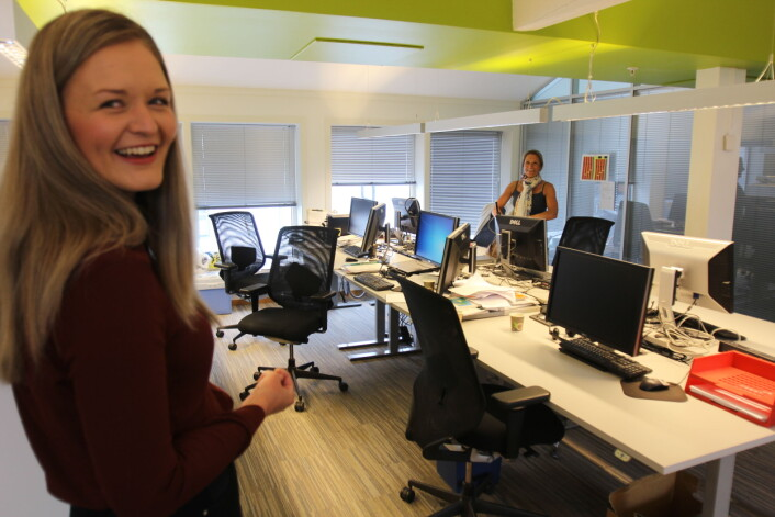 Karoline Nerdalen Darbo rekker akkurat å ønske kollega Liv Ekeberg god sommer. Foto: Glenn Slydal Johansen