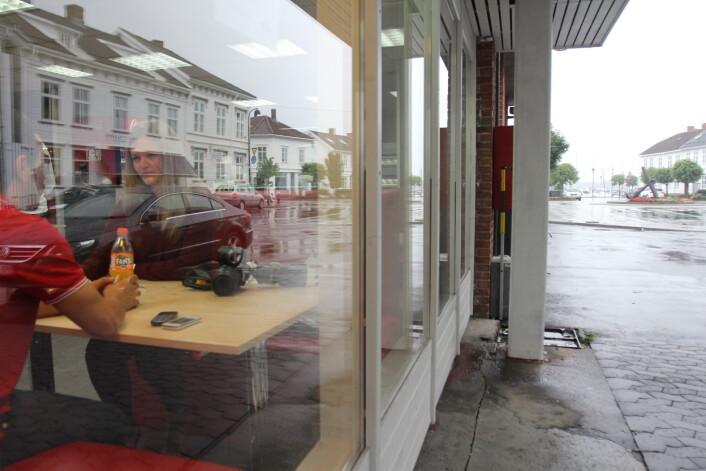 Intervjuet med sjefen på Happy Time i Risør gjøres i en av restaurantens båser. Foto: Glenn Slydal Johansn