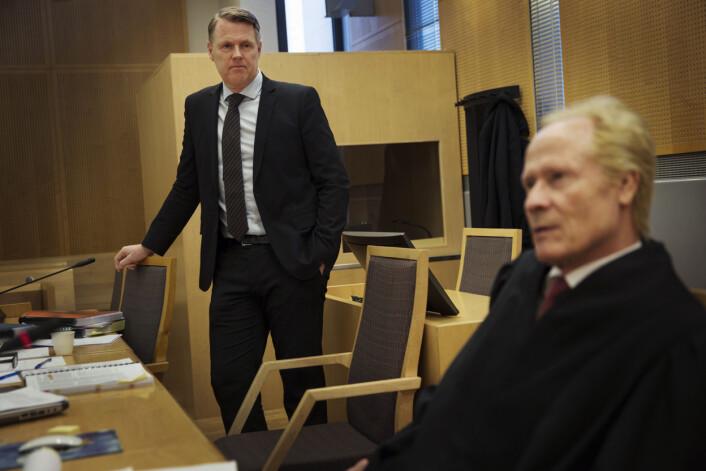 Hjernekirurg Per Kristian Eide med sin advokat Per Danielsen. Foto: Andrea Gjestvang