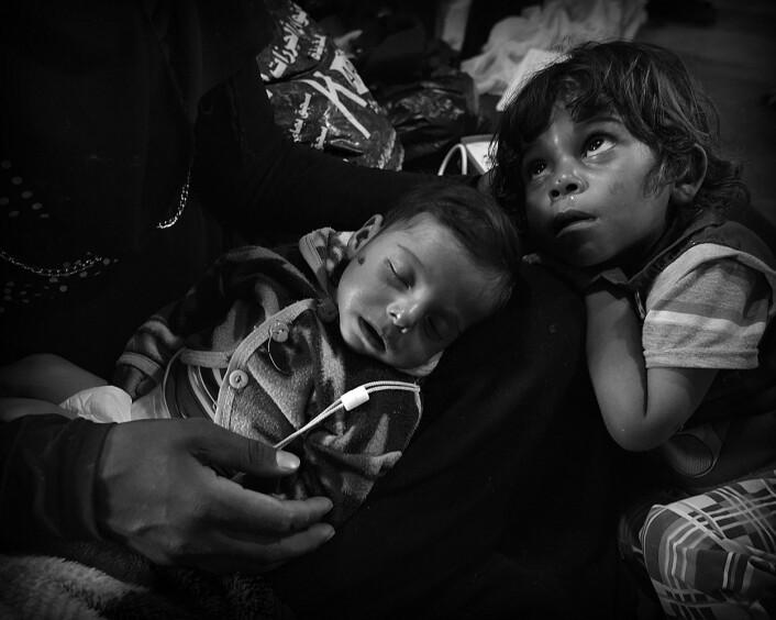Muntadhar er 5 måneder og veier 3,57 kg. Storebror Hisham ligger inntil lillebroren. Foto: Harald Henden, VG