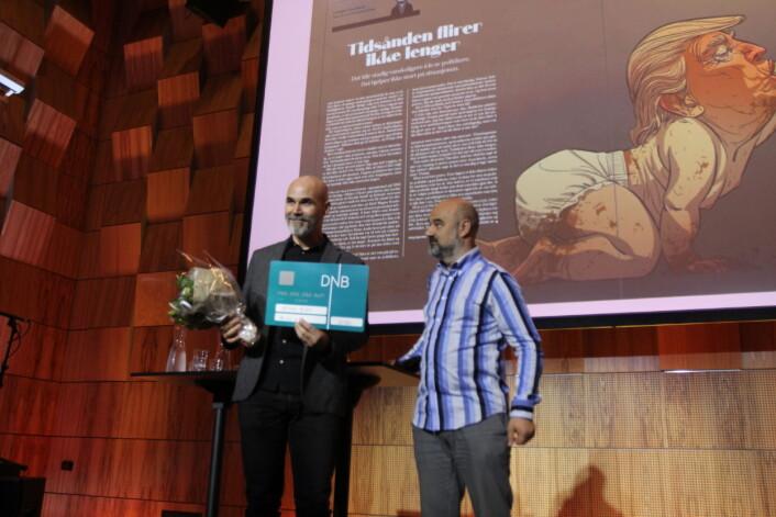 Christian Bloom tar i mot prisen under Medieleder-konferansen i Trondheim av jurymedlem Terje Eidsvåg. Foto: Angelica Hagen
