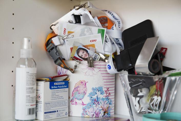 På hjemmekontoret er det en boks med masse akkrediterings-kort fra ulike jobber. Foto: Andrea Gjestvang