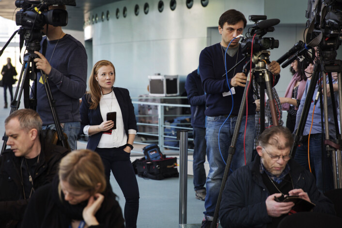 Omringet av nesten bare mannlige kollegaer rapporterer GuriNorstrømfra pressekonferansen. Det er ikke et problem. Med de andre skandinaviske korrespondentene har hun fått et kollegialtsamhold. Foto: Andrea Gjestvang