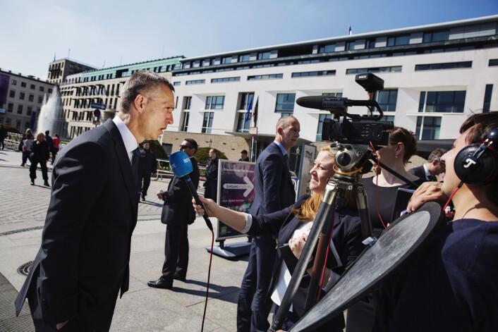 Godt bevoktet stiller NATO-sjef Jens Stoltenberg opp på et kort intervju med Norstrøm på Pariser Platz. Foto: Andrea Gjestvang