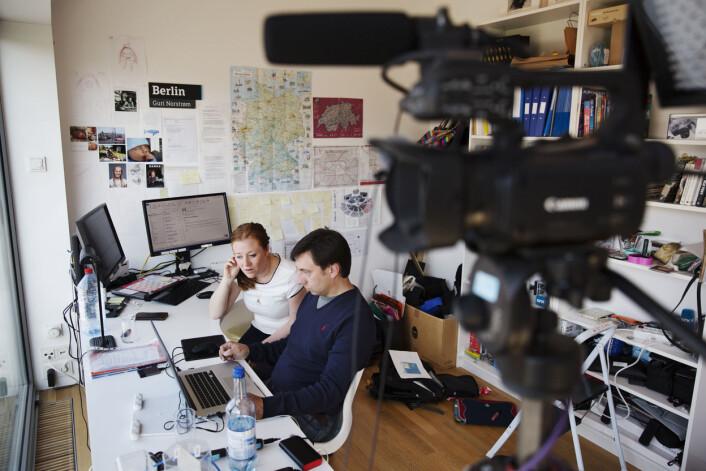 Det handler om sekunder og overganger når Ilja Levintov og Guri Norstrøm redigerer innslaget til Dagsrevyen på hjemmekontoret. Foto: Andrea Gjestvang