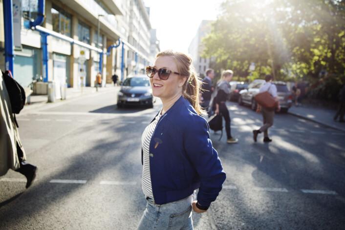 En 15-timers arbeidsdag er over, og Guri Norstrøm rusler rundt i nabolaget som hun har blitt så glad i. Foto: Andrea Gjestvang