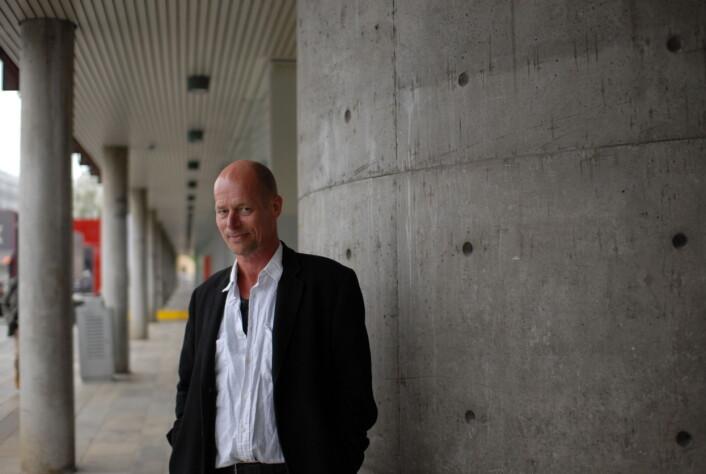 Håkon Gundersen mener norske journalister har godt av å komme seg ut av redaksjonene og møte dem de intervjuer. Ikke minst har språket godt av det. Foto: Martin Huseby Jensen