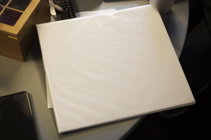 I denne hvite plastpermen ligger kravet fra NRKJ til ledelsen. Foto: Andrea Gjestvang
