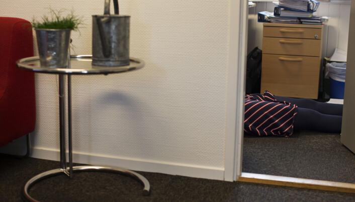 Ventetiden brukes også til å ta en strekk - på gulvet i NRKJ sine møtelokaler. Foto: Andrea Gjestvang