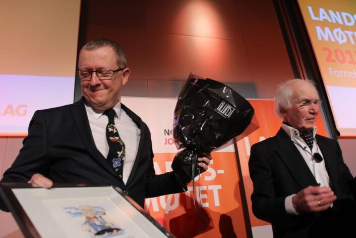 En rørt NJ-veteran Finn Våga mottar Trym-prisen for sin lange innsats for NJ. Årets landsmøte blir hans siste som delegat.